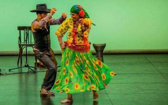 Personnes dansant les danses tziganes à Genève