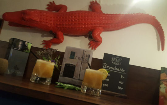 Crocodile au mur au restaurant le croco rouge
