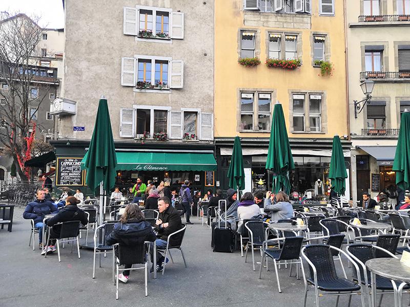 Terrasse du Bar le Clémence incontournable sur la Place du Bourg de Four à Genève