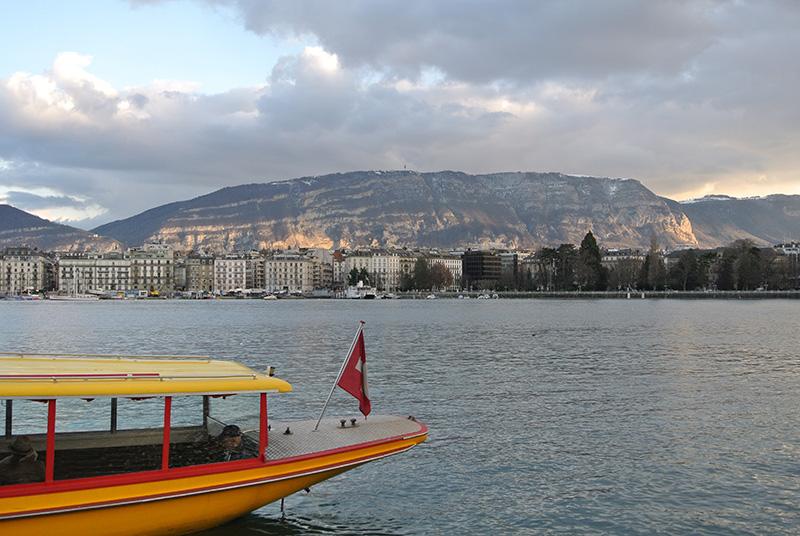 Navigation du bateau nommé Mouette genevoise sur le lac Léman