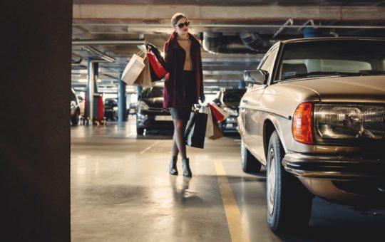 parking à genève avec femme faisant shopping