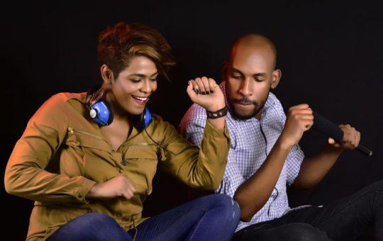 Amoureux qui écoutent de la musique