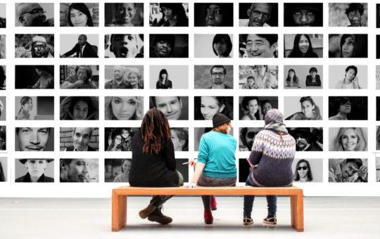 personnes regardant une expo au musée