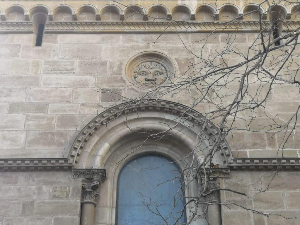 sculpture tête d'apollon cathédrale saint pierre genève