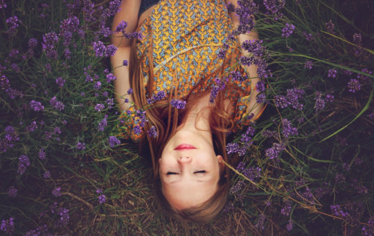 fille heureuse dans l'herbe