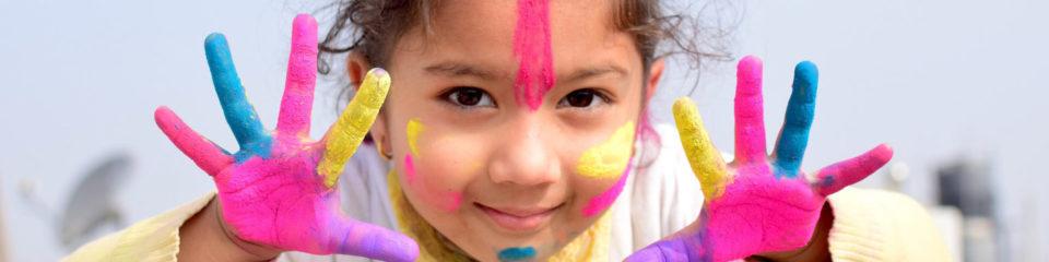 enfant avec peinture