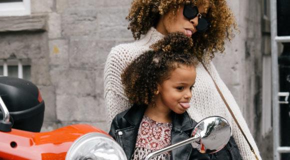 maman et son enfant sur une moto