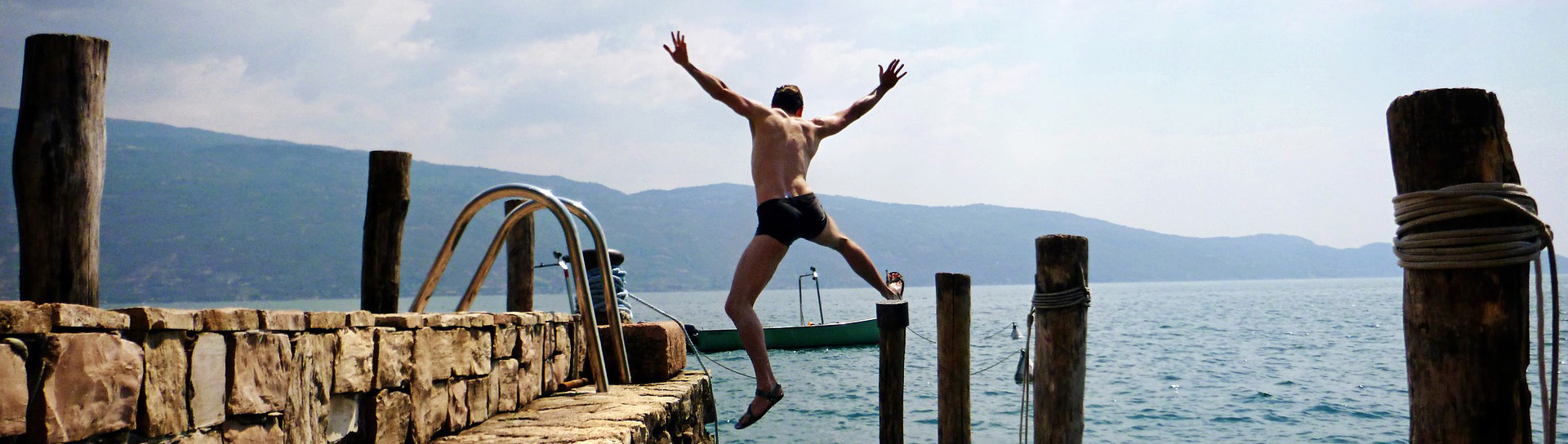 homme qui plonge dans le lac