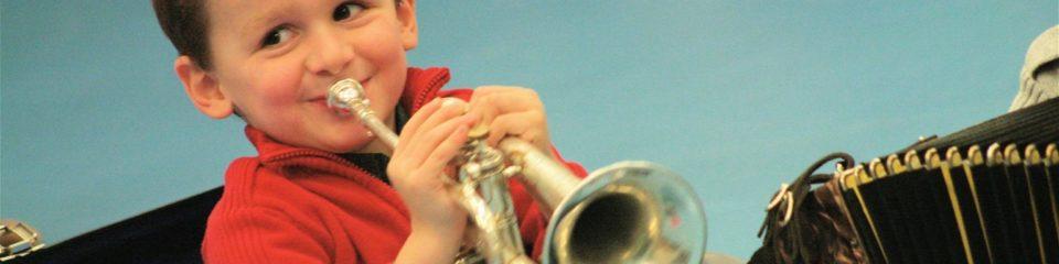 Enfant jouant à un instrument de musique