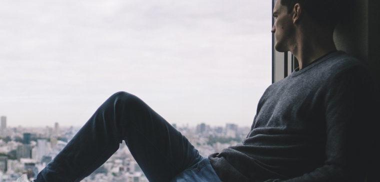 seul à la fenêtre