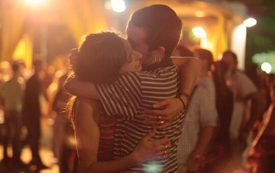 amis qui s'embrassent