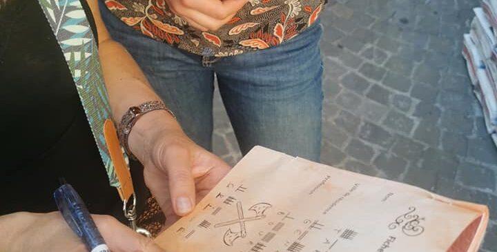 fille tient feuille crayon jeu piste